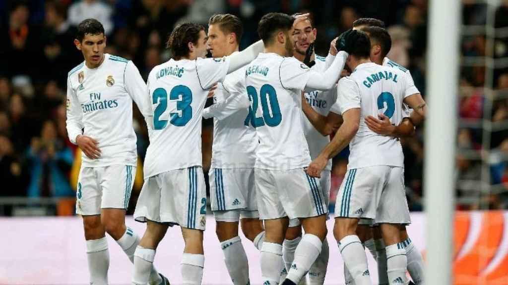 Los jugadores celebran el gol de Lucas