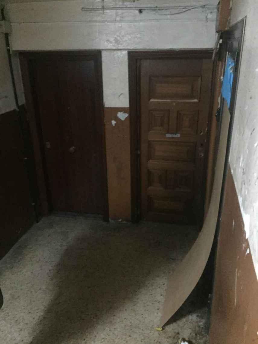Interior del bloque de La Mina donde se vende el material. Está destrozado
