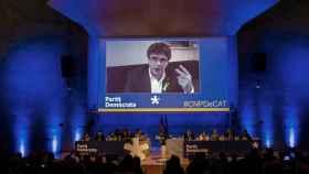 El expresident Carles Puigdemont, en plasma durante el consejo nacional del PdeCAT.