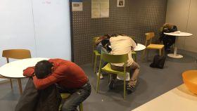 Varios toxicómanos que acaban de inyectarse en la sala de venopunción Baluard (Barcelona)
