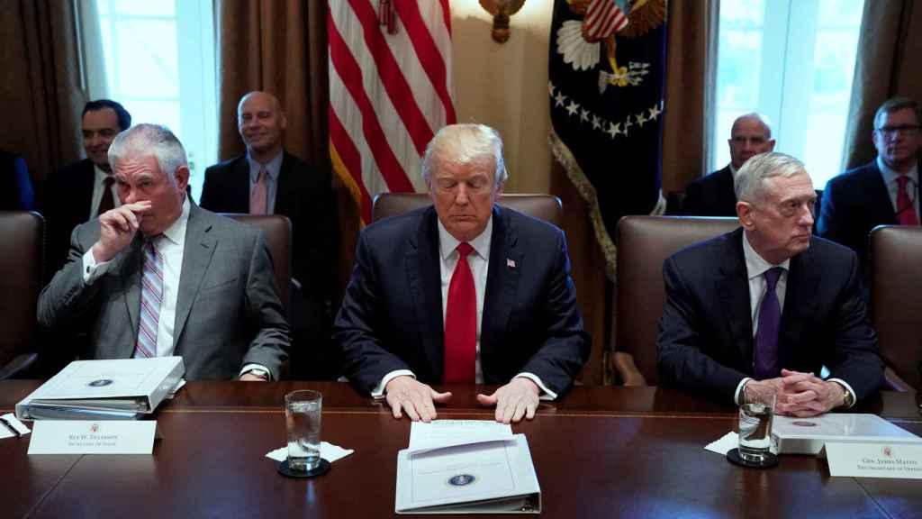 Mattis y Tillerson flanquean a Trump en una reunión en la Casa Blanca