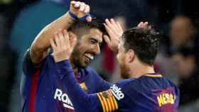 Luis Suárez y Messi se abrazan tras un gol en Anoeta.