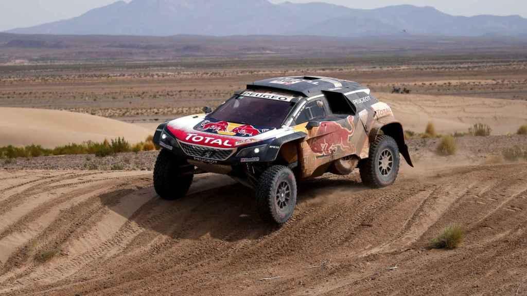 Carlos Sainz durante la octava etapa del Dakar.