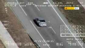 Un vehículo es multado por un helicóptero de la DGT.