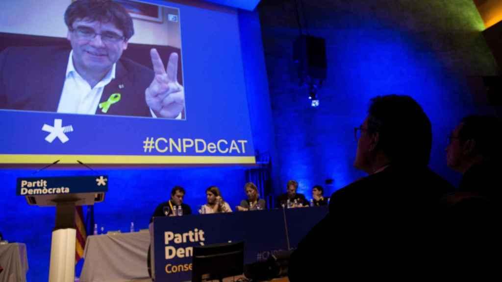 Carles Puigdemont, durante su intervención este sábado bajo la atenta mirada de Artur Mas.