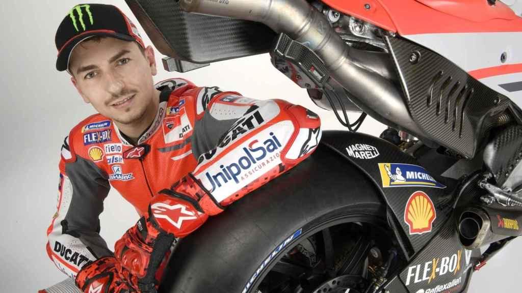 Jorge Lorenzo posa con su nueva Ducati Desmosedici GP18.