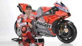 Jorge Lorenzo posa con su nueva Ducati Desmosedici GP18, durante la presentación de la fábrica italiana.