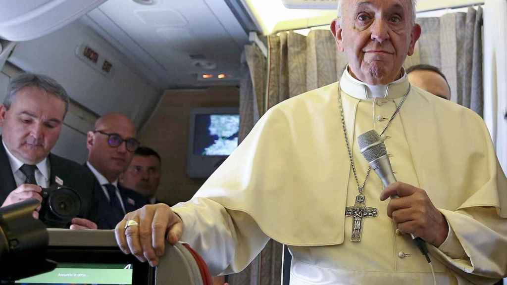 El papa Francisco charla con periodistas a bordo del vuelo hacia Chile.