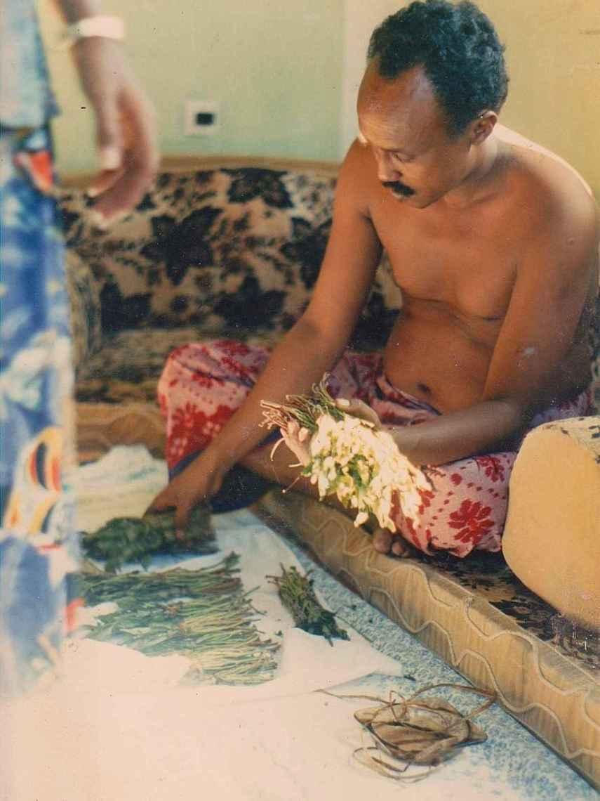 Un hombre prepara khat en Mogadiscio, Somalia