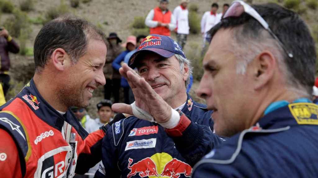 Carlos Sainz, junto a su copiloto Lucas Cruz y el francés Matthieu Baumel (izquierda).