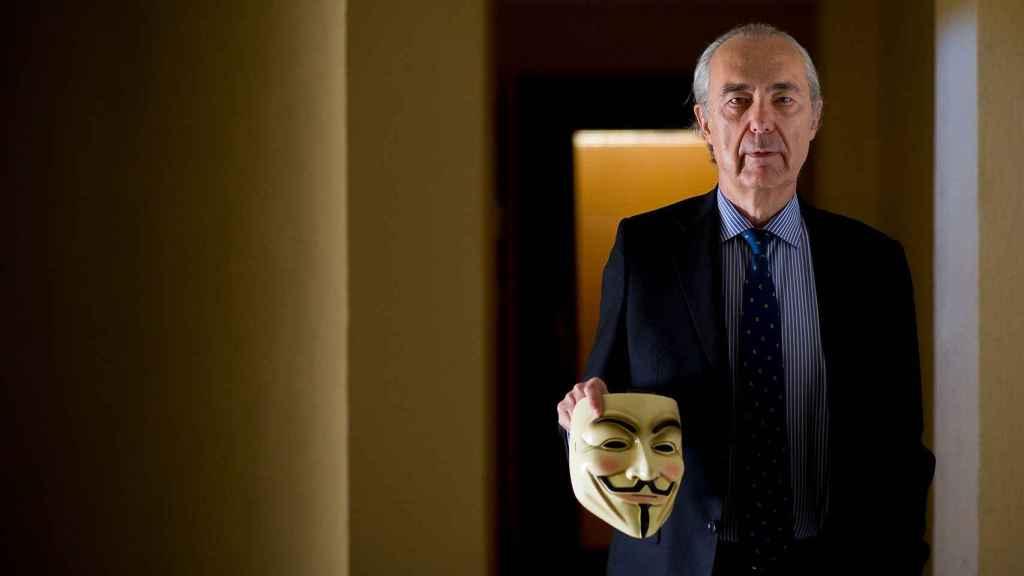 El poeta Luis Alberto de Cuenca matiza que esta imagen homenajea a V de Vendetta, no al 15M.