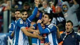 Los jugadores del Espanyol celebran su gol al Barcelona.