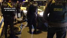 Momento en el que la Guardia Civil detiene a los secuestradores.