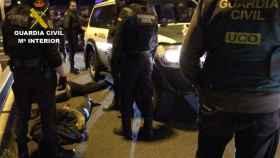 Momento en el que la Guardia civil detiene a los captores del vecino de Rentería.