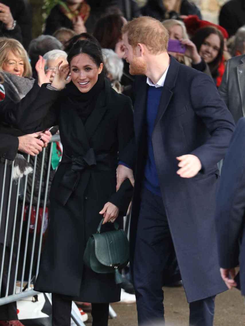 Meghan y Harry, sonríen en su visita a Cardiff.