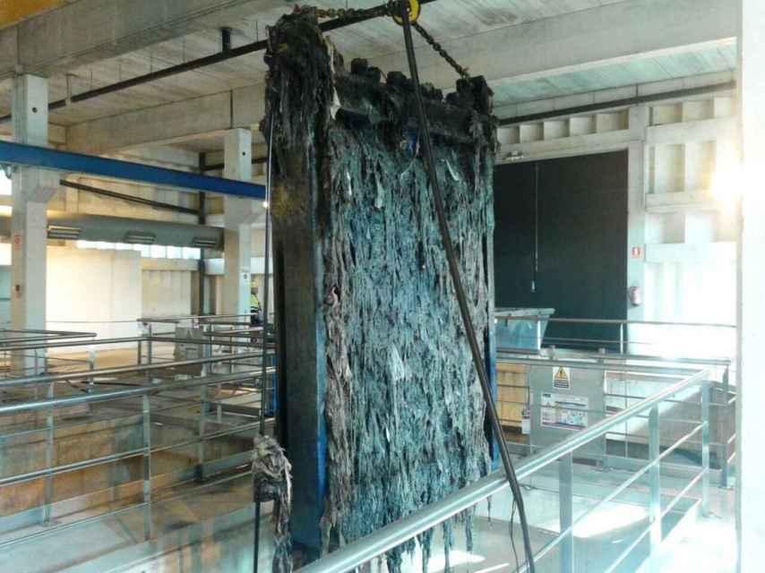 Los restos de toallitas y otros residuos llegan a la estación de bombeo del barrio de Ocouto de la capital Orensana.