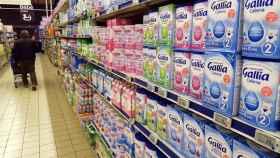 Un supermercado con estantes llenos de productos de Lactalis.