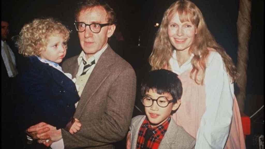 Mia Farrow y Woody Allen con sus hijos Dylan y Ronan.