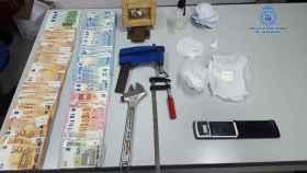 En la intervención se hallaron 30 gramos de cocaína y 7.000 euros.