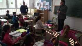 El alcalde del municipio ya ha llevado los tradicionales cencerros a los colegios