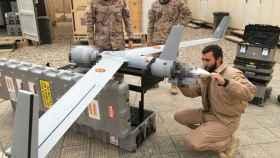 Miembros de la Armada española preparan el Scan Eagle para el vuelo.