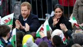 Harry y Meghan, aclamados por los vecinos ingleses.