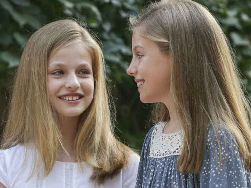 La princesa Leonor con su hermana, durante el tradicional posado en Marivent.  Gtres