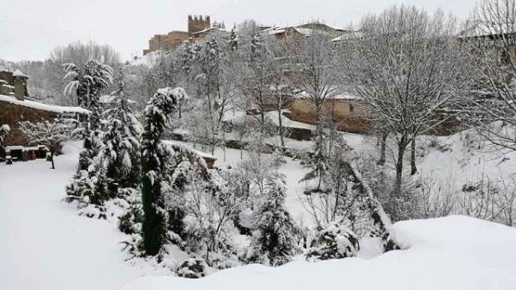 Al fondo, el castillo de Sigüenza tras una intensa nevada.