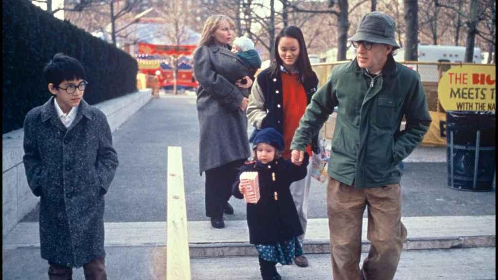 Woody Allen y Mia Farrow con sus hijos adoptivos Moises, Dylan (de la mano de su padre) y Soon-Yi Previn.