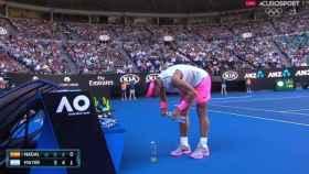 Rafael Nadal coloca las botellas.