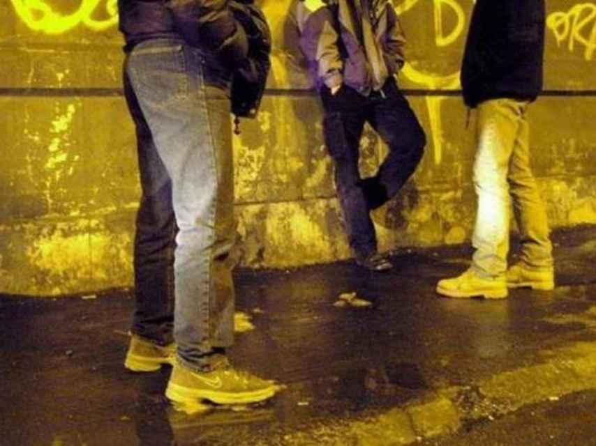 Tres jóvenes reunidos.