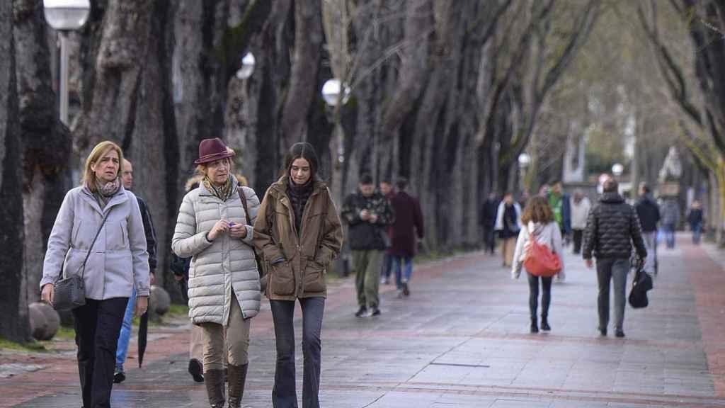 Victoria Federica paseando con su madre y su tía.