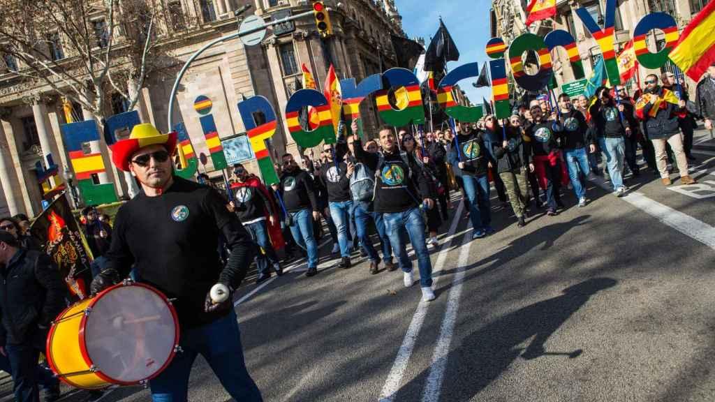Varios agentes de Policía Nacional y Guardia Civil, durante la manifestación convocada por la Fundación Jusapol hoy en Barcelona.