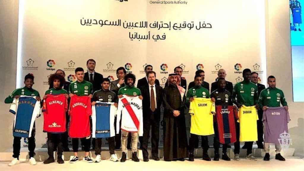 Foto de familia de la presentación de los jugadores saudíes en los equipos españoles.