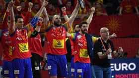El banquillo español celebra la victoria contra Macedonia.