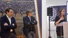 Rafael García Garrido y Simón Casas escuchan a la presentadora Victoria Collantes