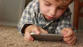 Niño con teléfono móvil en una imagen de archivo.