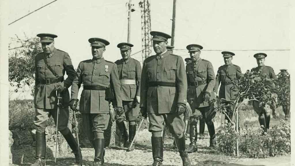 Franco (centro) y varios de sus oficiales en una foto de mayo de 1936.