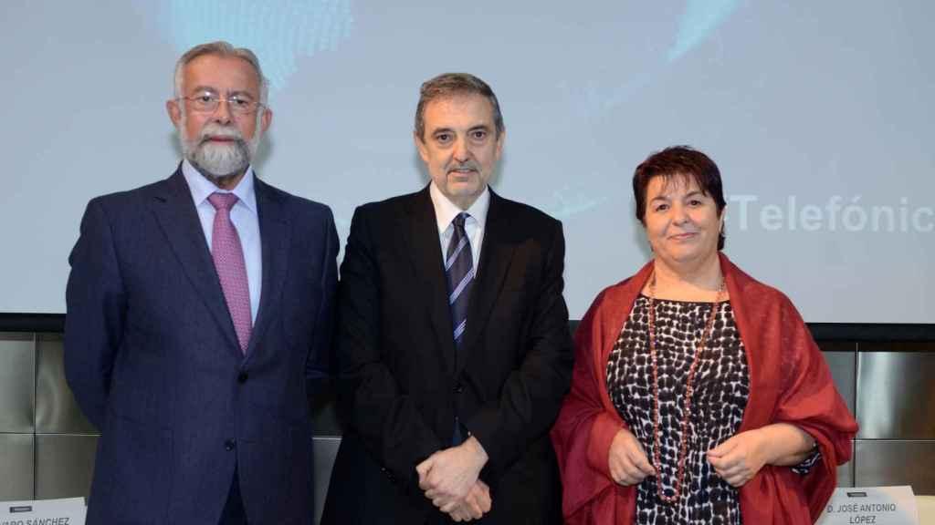 De izquierda a derecha el alcalde de Talavera de la Reina, Jaime Ramos Torres; Luis Miguel Gilpérez, presidente de Telefónica España, y la alcaldesa de Segovia, Clara Isabel Luquero de Nicolás.