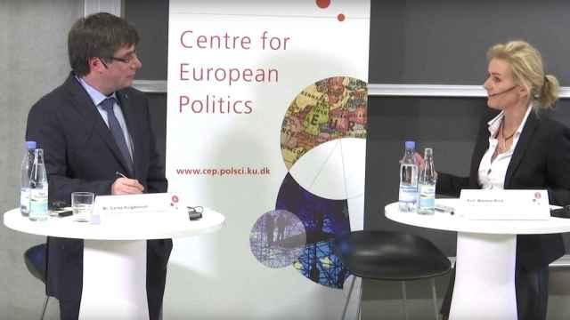 Carles Puigdemont junto a la ponente Marlene Wind este lunes en Copenhague.