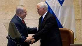 Mike Pence estrecha la mano del primer ministro israelí, Benjamin Netanyahu en Jerusalén.