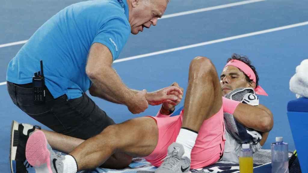 Nadal, siendo atendido por el fisioterapeuta durante el partido contra Cilic.