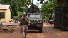 Un efectivo y un vehículo españoles patrullan en Mali.