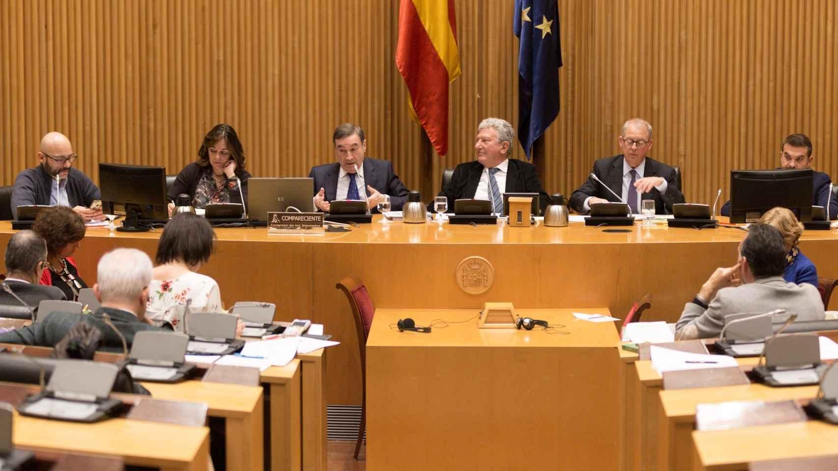 Fotogalería: la comparecencia de Pedro J. Ramírez en la Comisión Bárcenas, en imágenes