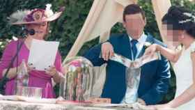 Teresa Valdenebro oficiando la boda de la hija de uno de sus concejales.