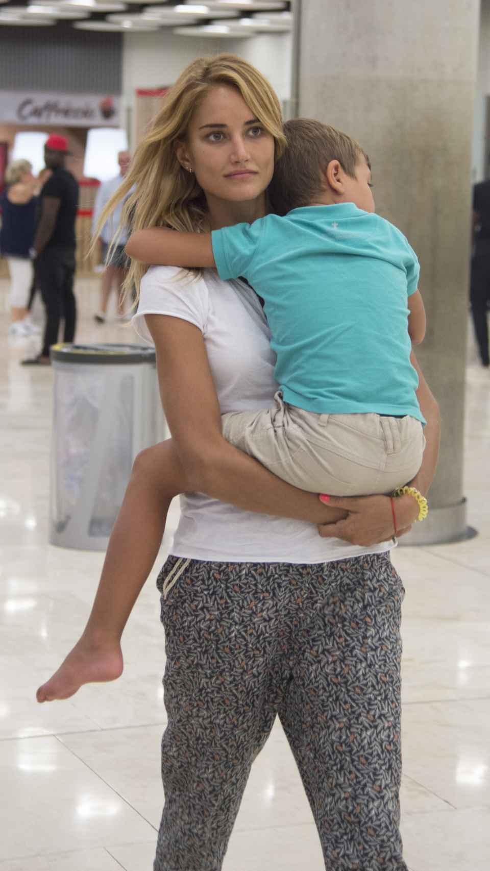 Alba junto a su hijo.