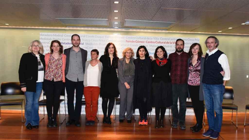 Manuela Carmena con los nuevos directores, en la presentación del Ayuntamiento.