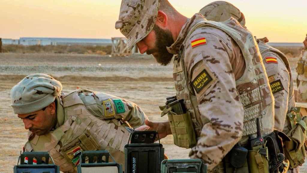Militar español instruye a las tropas iraquíes en su lucha contra el yihadismo.