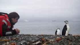 Javier Bardem con un pingüino.
