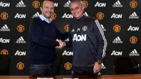 Mourinho renueva con el United. Foto. Twitter (@ManUtd)